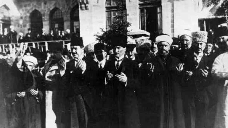 Gazi Mustafa Kemal Atatürk'ün Büyük Millet Meclisi açılışından bir kare