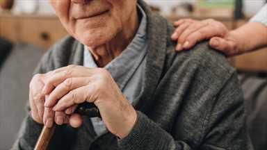 Evde kalmanın 65 yaş ve üzeri için risklerini açıkladı